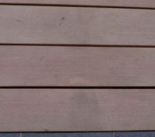 taches diverses terre sandalette sur lame de terrasse seche lame composite emotion brun savane posee en aout 2011