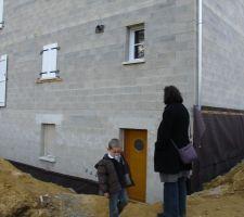 facade arriere avec notre porte on voit la sortie dans le mur pour la future hotte