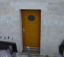 Notre porte avec son seuil fraichement coulé.