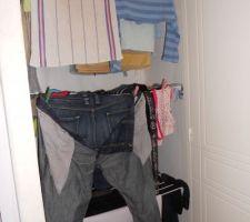 étendage rabattable contre le mur donc quand rien ne sèche, cela ne prend pas de place !!! ingénieux et tellement pratique !