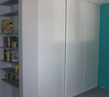 Chambre de notre fils. Bibliothèque installée ... sera-t-elle assez grande ???