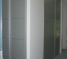 les placards de l entree portes installees il manque le radiateur