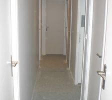 Le couloir partie nuit. Il reste à replacer la porte de la grande salle d'eau.