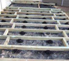 vue sur la structure les chevrons sont en pin classe iv il sont poses sur la hauteur 80 les entretoises font 31cms afin que l espacement preconise par le fabricant des lames soit respecte 39cm