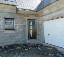 Notre belle porte d'entrée!!!! et le garage!