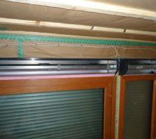 Pose de l'isolant entre le volet roulant et la fenêtre