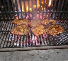 BBQ: cuisson en cours avec les braises placées sous la grille