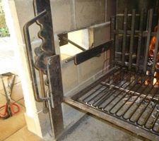 BBQ: détail de la crémaillère servant à la montée et à la descente de la grille