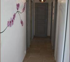 couloir avec stickers
