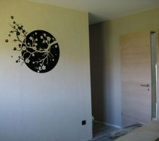 stickers branche cerisier face au lit sur le mur du dressing pose le 1er mai