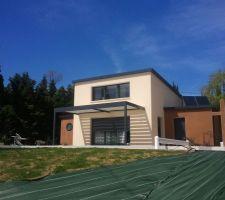 Pergola bioclimatique, en alu RAL 7016 comme les menuiseries extérieures de la maison. Le toit est en lames horizontales orientables en fonction du soleil, ce qui permet de réguler la chaleur entrant dans la maison, bien utile en été sur une façade plein sud !