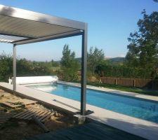 Bon, la terrasse est encore à venir, mais, avec la pergola, on commence à entrevoir comment on sera bien au bord de la piscine en été !