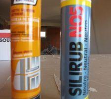 l etancheite des portes et fenetres est terminee aussi bien au rez de chaussee qu a l etage et a ete realisee avec du silicone