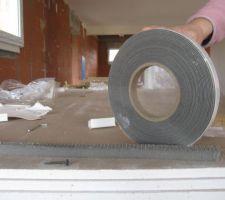 Ruban mousse isolant posé au bas des portes et fenêtres. Le poids de la fermeture compresse la mousse et assure la mise hors d'air