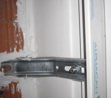 Zoom sur la photo précédente. On voit que l'air ne peut plus passer entre le mur et le montant de la porte