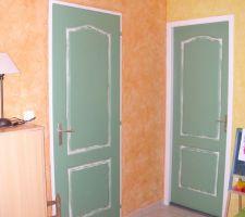 pour la decoration au prealable j ai passe une sous couche de peinture blanche sur les murs plaques de platre par la suite j ai utilise du crepi decollable puis de la cire a etaler avec une eponge et voila