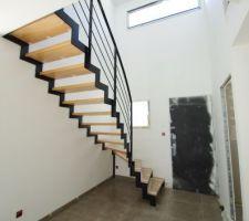 Escalier limon crémaillère de chez MSW Treppen. Limons en acier thermolaqué noir, marches en hêtre.