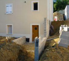 Debut de construction des deux murs de soutenement des terres.
