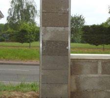 pilier pret a etre enduit les barettes inox dans les angles sont installees