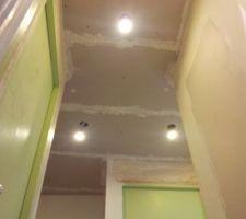 Plafond de l'entrée vue depuis coin WC/SdB