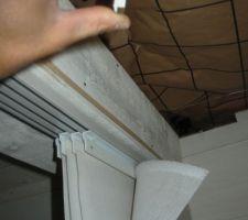 le systeme en faite avec dans la main le systeme de clips a visser au plafond et le rail viend se positionner dessus on peut aussi voire que le rideaux tiend par velcro