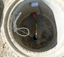 Puit de captage avec pompe immergée installée et raccordée