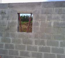 """La petite fenêtre de la salle de bain qu'ils avaient """"zappé""""... erreur réparée cependant et c'est fait proprement !"""
