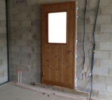 Porte du cellier, qui a été lasuré, mais sera finalement peinte en blanc.