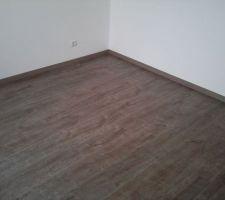 parquet du bureau parquet stratifie motif bois gris fonce