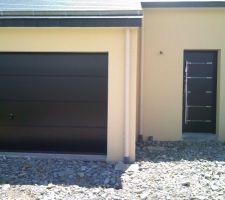 Manque poignée inox brillant finale de la porte de garage.