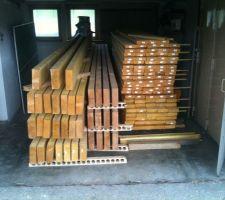 Après la troisième livraison ? Plus de place ... j'en peux plus ! A gauche : 75x225 6m pour plancher terrasse, Après 75x225 5m pour toiture plate de l'extension n°1, à droite 145x45 pour création de l'ossature bois pour l'extension n°1 et 3. Que du bonheur, le bois est presque droit (sauf 2 ou 3) !