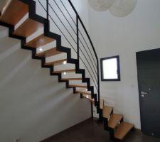 Escalier MSW Treppen acier laqué noir et bois (hêtre) en place