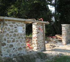 murets en meuliere pour integrer le portail et le portillon