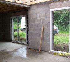 A gauche coulissant chambre parentale   a droite porte fenêtre bureau