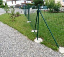 Grillage de clôture terminé sur un côté..
