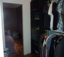 Le dressing est terminé, enfin on peut déballer nos cartons de vêtements!