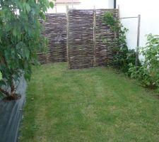 et hop fermeture du passage sur le cote de la maison des panneaux en bois tresses des piquets d acacia et voilou