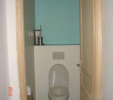 Wc à l'étage bleu lagon et blanc