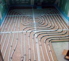 Tuyaux de chauffage au sol de la salle d'eau parentale