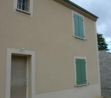 Les volets en place sur la façade avant de la maison.