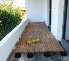 terrasse en dalles sur plots pvc reglables sur balcon avec etancheite