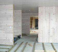 voila une vue du fond de la chambre des enfants vers le salon cuisine pour voir l effet du lambris structure sur les murs