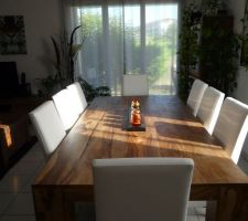 Notre nouvelle table avec nos nouvelles chaises... enfin...