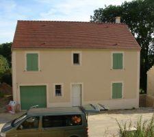 Porte de garage recouverte de ses deux couches de peinture V33 Climat Extrème Vert Olive.Demain c'est la porte d'entrée ;-)