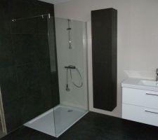 Douche de la SDB du 1er étage avec paroi vitrée posée