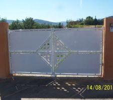 Portail sur mesure fabriqué par un artisan de la Loire. Ouvrant sur l'extérieur pour cause de pente. Electrifié avec portier vidéo.
