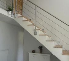 Montée d'escalier fraichement peinte couleur galet