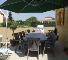 Salon de jardin et barbecue installés