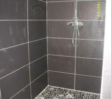 douche fini faience couleur ardoise au mur et galets au sol gris fonce