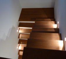 Spots au bas des marches d'escaliers